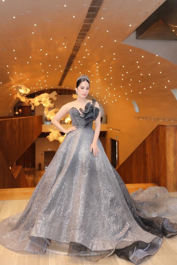 Vợ chồng Khánh Thi - Phan Hiển mặc đồ cô dâu chú rể thi... đấu kiếm chốn đông người-1