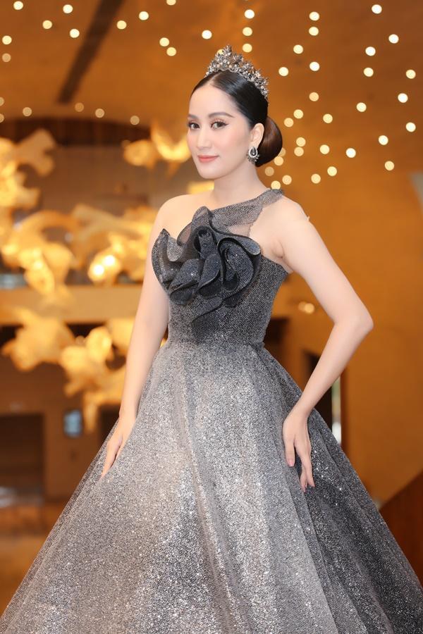 Vợ chồng Khánh Thi - Phan Hiển mặc đồ cô dâu chú rể thi... đấu kiếm chốn đông người-2