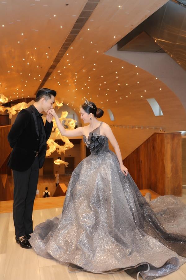Vợ chồng Khánh Thi - Phan Hiển mặc đồ cô dâu chú rể thi... đấu kiếm chốn đông người-3