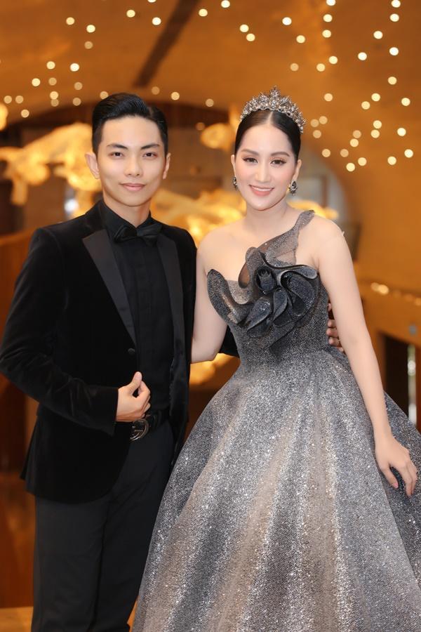 Vợ chồng Khánh Thi - Phan Hiển mặc đồ cô dâu chú rể thi... đấu kiếm chốn đông người-4