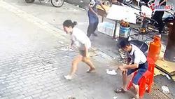 Clip: Bán hàng trên vỉa hè, cô gái bị cả chảo dầu sôi đổ vào chân và pha xử trí sau đó khiến ai cũng ngạc nhiên