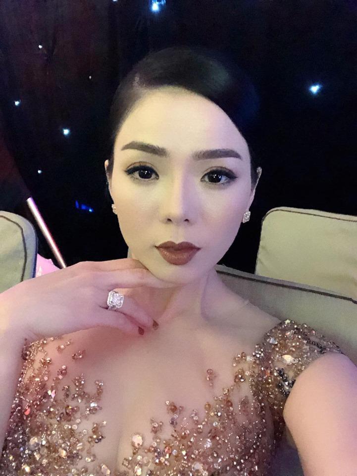Lệ Quyên giữ vị trí cô gái vàng trong làng khoe nhẫn khi selfie thì ít mà nhẫn kim cương tiền tỉ đập vào mặt thì nhiều-4