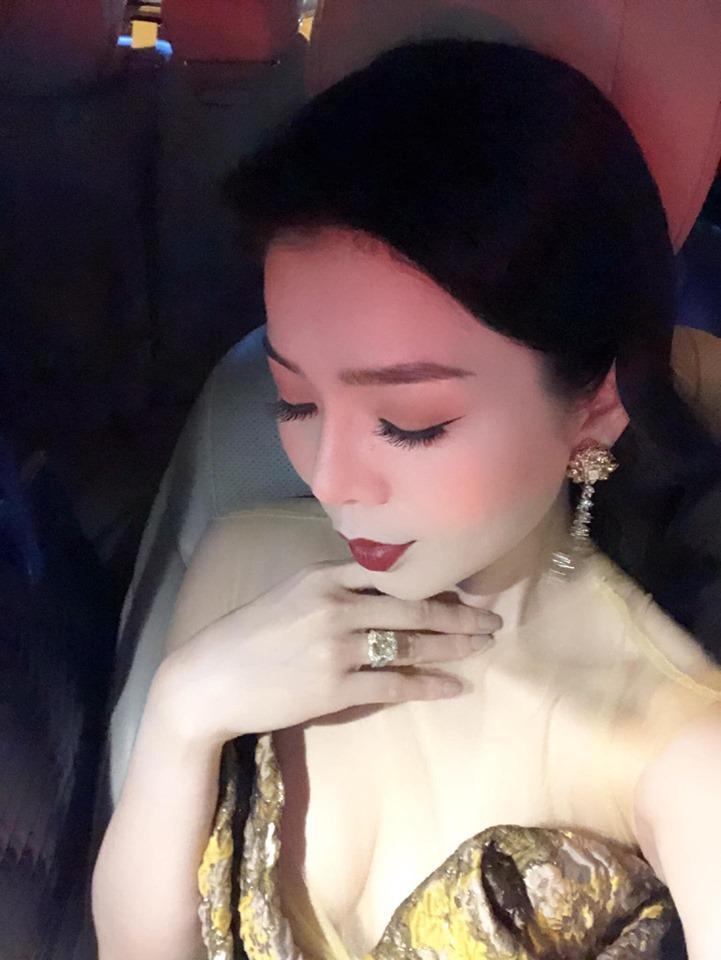 Lệ Quyên giữ vị trí cô gái vàng trong làng khoe nhẫn khi selfie thì ít mà nhẫn kim cương tiền tỉ đập vào mặt thì nhiều-5
