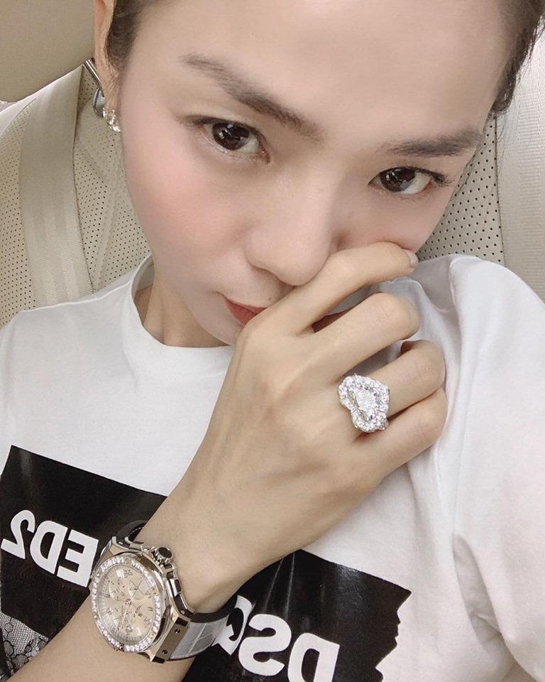 Lệ Quyên giữ vị trí cô gái vàng trong làng khoe nhẫn khi selfie thì ít mà nhẫn kim cương tiền tỉ đập vào mặt thì nhiều-6