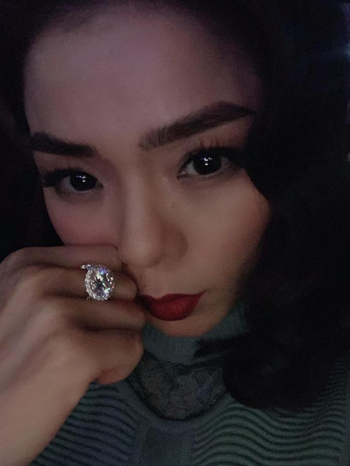 Lệ Quyên giữ vị trí cô gái vàng trong làng khoe nhẫn khi selfie thì ít mà nhẫn kim cương tiền tỉ đập vào mặt thì nhiều-7