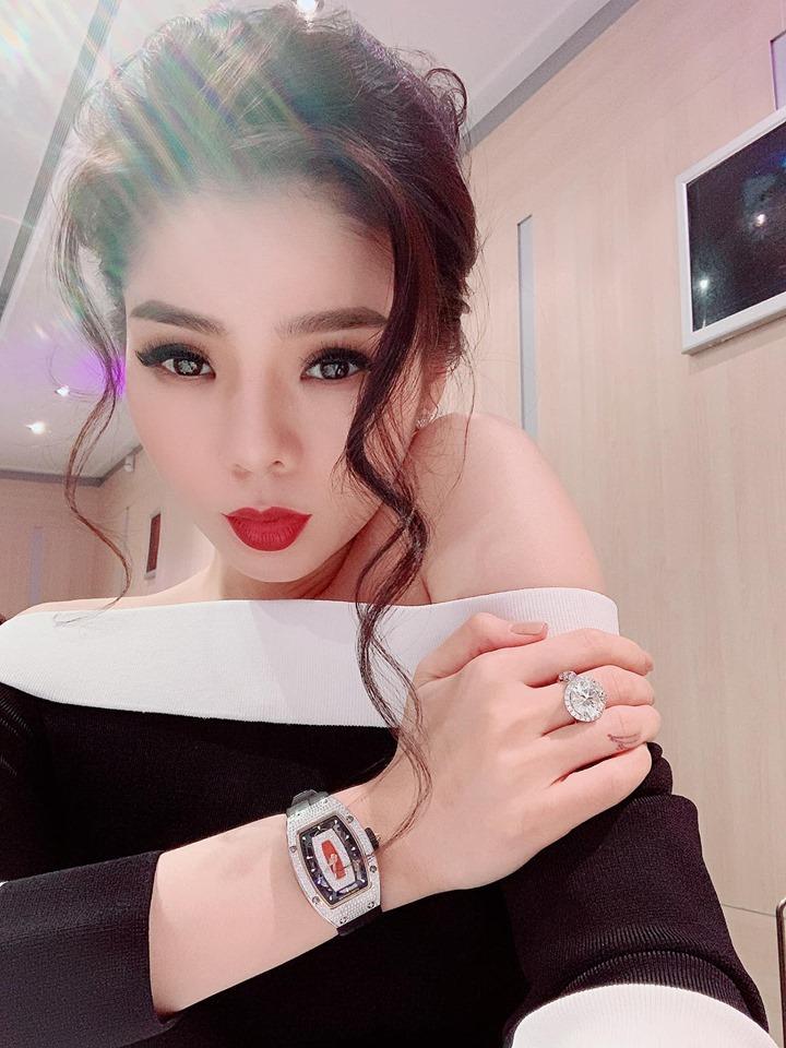 Lệ Quyên giữ vị trí cô gái vàng trong làng khoe nhẫn khi selfie thì ít mà nhẫn kim cương tiền tỉ đập vào mặt thì nhiều-12