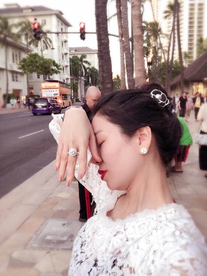 Lệ Quyên giữ vị trí cô gái vàng trong làng khoe nhẫn khi selfie thì ít mà nhẫn kim cương tiền tỉ đập vào mặt thì nhiều-14
