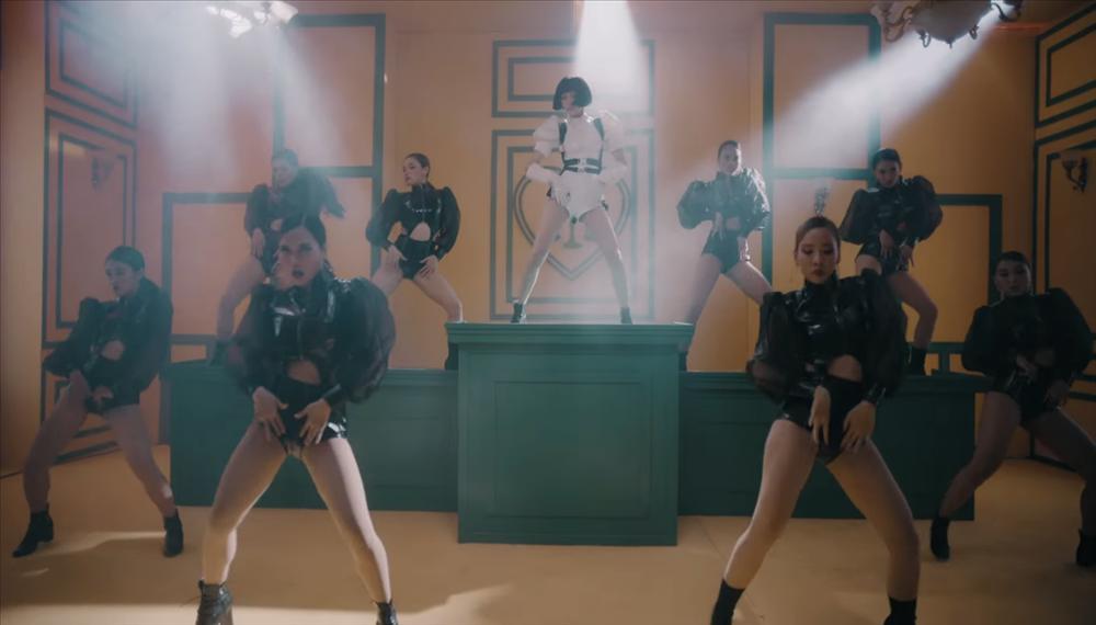Cần Xa của Hiền Hồ không chỉ bị tố đạo nhạc Kpop trắng trợn mà còn ăn cắp ý tưởng MV của diva Đài Loan-6