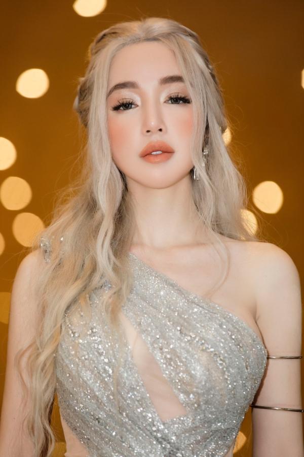 Elly Trần chơi lớn, đi dự sự kiện thôi cũng múa tay cosplay thành Mẹ Rồng của Game of Thrones-6