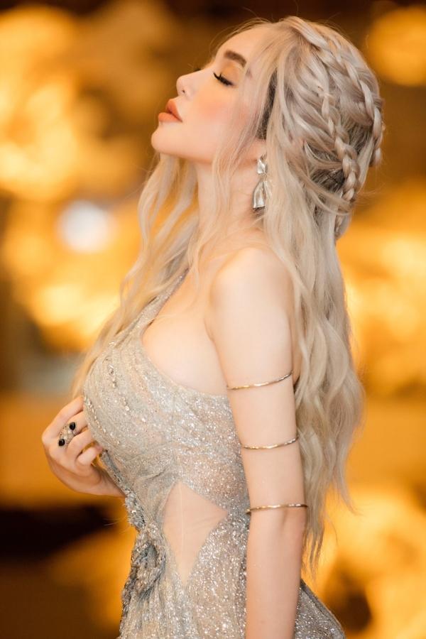 Elly Trần chơi lớn, đi dự sự kiện thôi cũng múa tay cosplay thành Mẹ Rồng của Game of Thrones-8