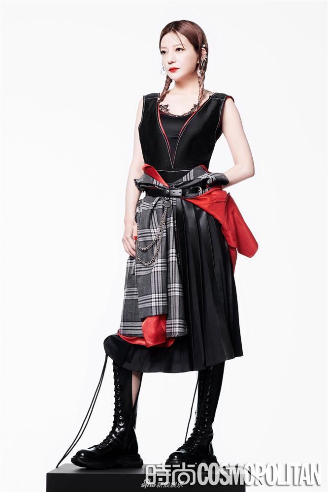 Triệu Vy lột xác cùng phong cách gothic ma mị trên tạp chí thời trang Cosmopolitan-1