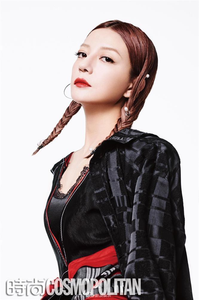 Triệu Vy lột xác cùng phong cách gothic ma mị trên tạp chí thời trang Cosmopolitan-5