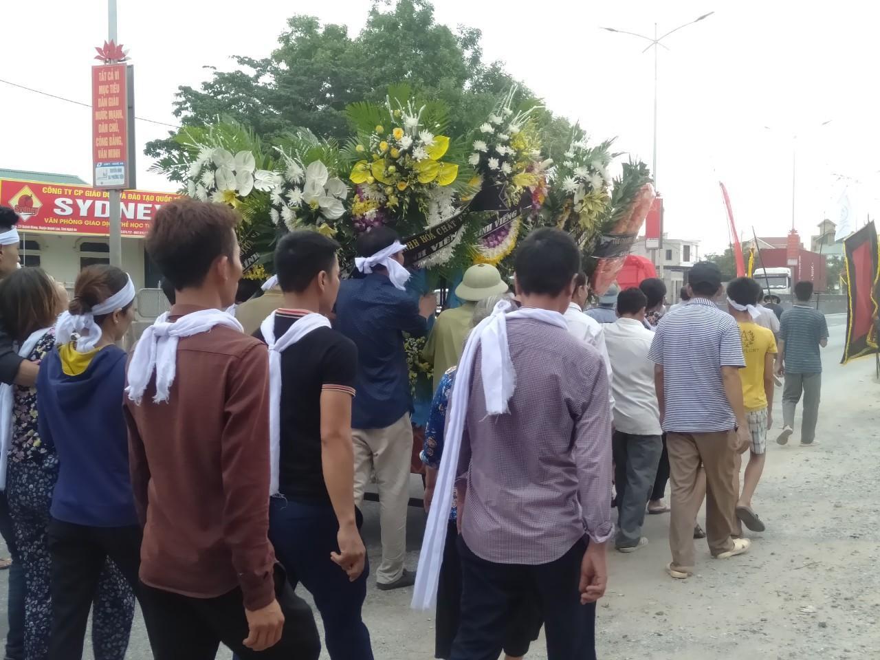 Đám tang đẫm nước mắt của nữ nhân viên bán xăng bị sát hại: Hai đứa con trai ngơ ngác tìm mẹ-2