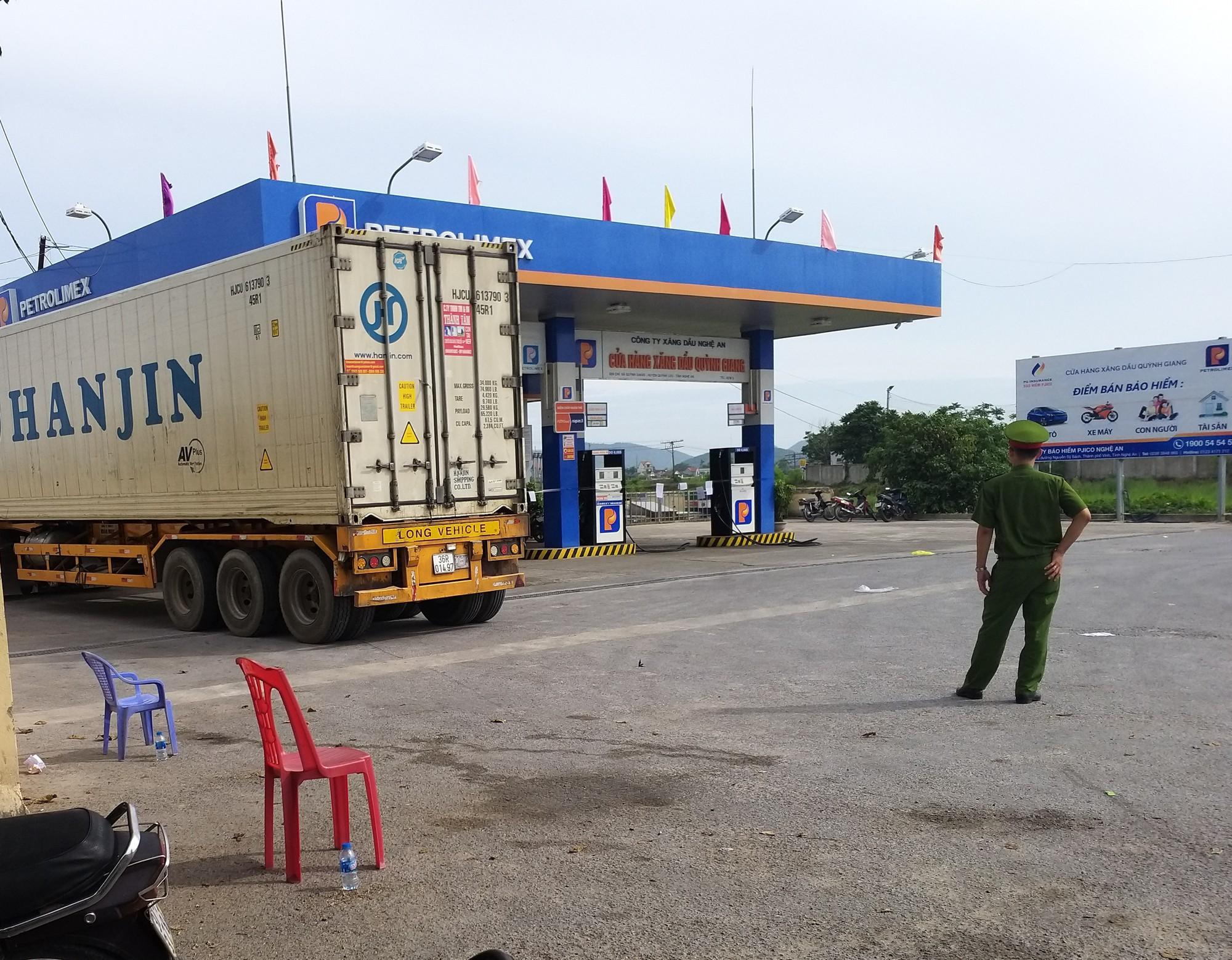Đám tang đẫm nước mắt của nữ nhân viên bán xăng bị sát hại: Hai đứa con trai ngơ ngác tìm mẹ-7