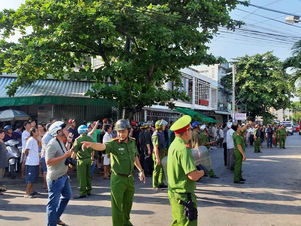 Thanh niên ngáo đá cầm dao làm xiếc trên nóc nhà ở Tiền Giang-3