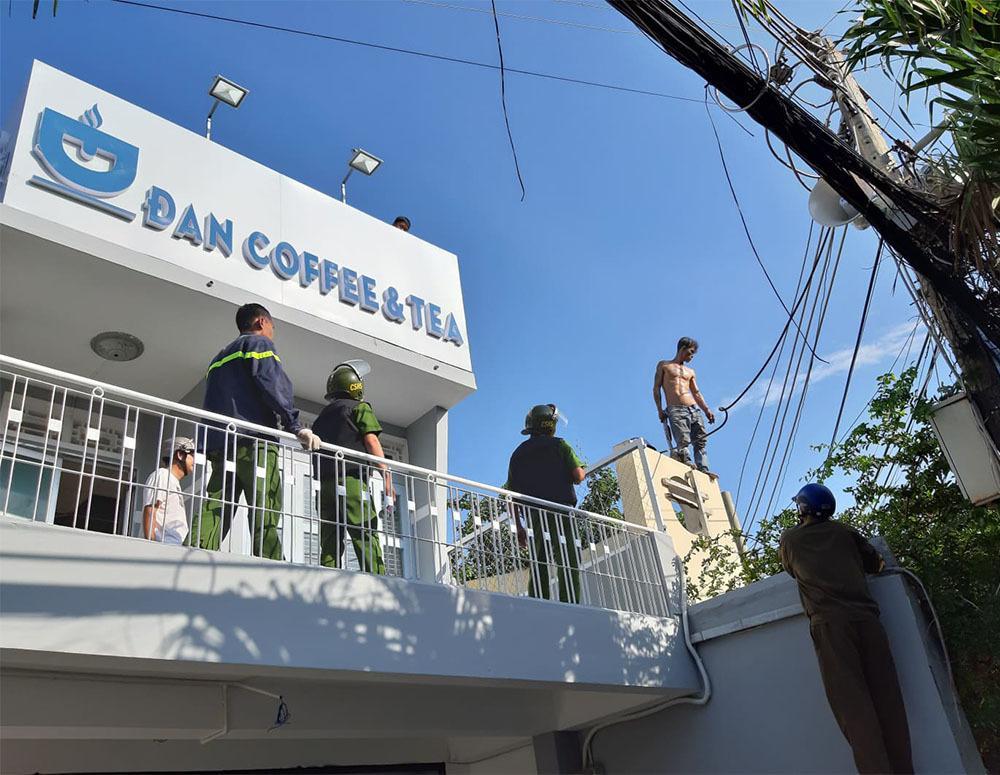Thanh niên ngáo đá cầm dao làm xiếc trên nóc nhà ở Tiền Giang-2
