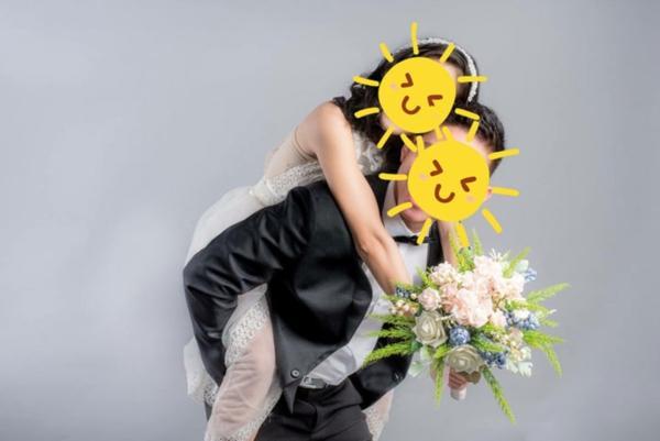 Bạn trai gửi 2 tấm ảnh cưới ôm ấp gái lạ, cô gái sôi tiết nhờ dân mạng bày cách xử lý-1