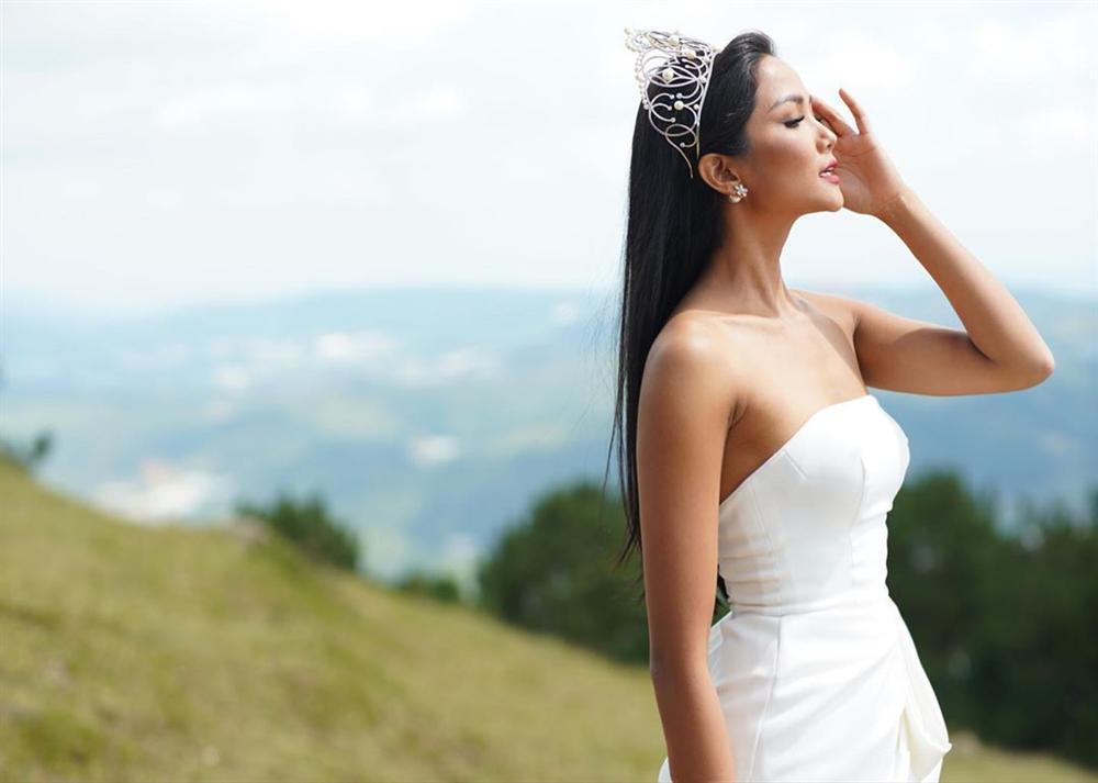 Bản tin Hoa hậu Hoàn vũ 11/7: HHen Niê đẹp mê hồn với tóc thề, nhan sắc ăn đứt dàn giai nhân quốc tế-1