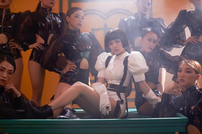 Hiền Hồ gây tranh cãi vì màn lột áo, nhảy nhót sexy trên bàn chủ tọa-2