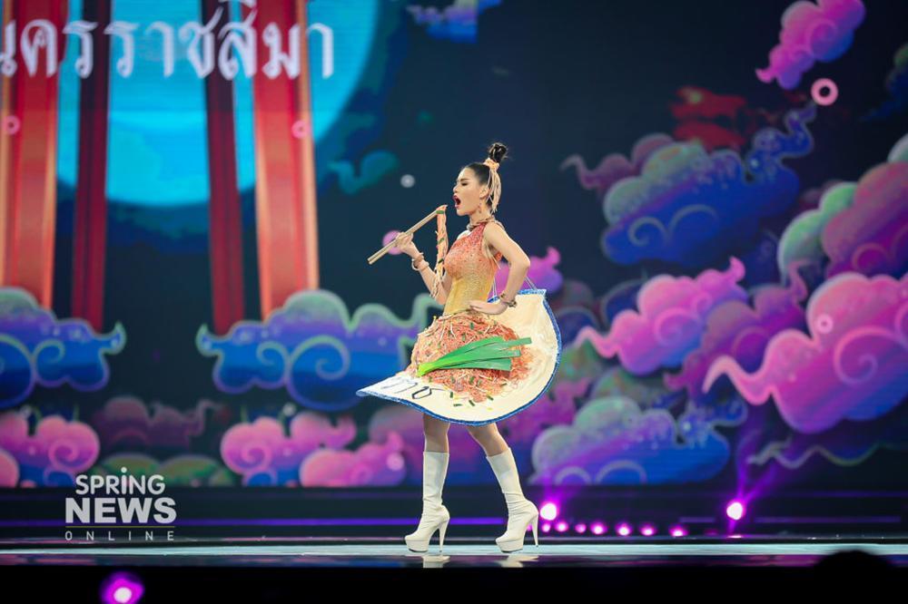 Thật như đùa ở Thái: Mỹ nữ quàng nải chuối lên người đi thi hoa hậu!-2