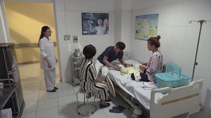 Thư bắt quả tang Vũ chăm sóc Nhã khi con trai đang ốm nằm viện trong tập 64 Về Nhà Đi Con-4