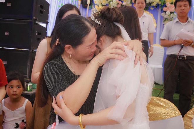 Hình ảnh cô dâu Nghệ An ôm người thân khóc nức nở ngày về nhà chồng khiến dân mạng nghẹn ngào-2