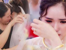 Hình ảnh cô dâu Nghệ An ôm người thân khóc nức nở ngày về nhà chồng khiến dân mạng nghẹn ngào
