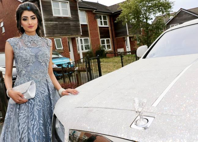 Nữ sinh khiến thiên hạ phải trầm trồ khi đi dạ hội bằng siêu xe Roll Royce nạm pha lê-1