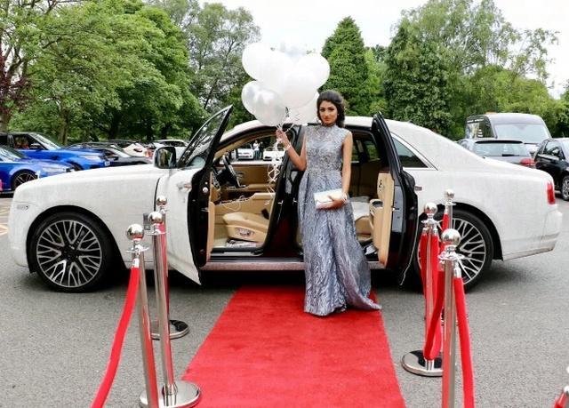 Nữ sinh khiến thiên hạ phải trầm trồ khi đi dạ hội bằng siêu xe Roll Royce nạm pha lê-3
