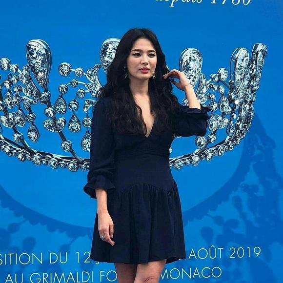 Giữa tâm bão ly hôn, Song Hye Kyo xuất hiện rạng rỡ, diện váy khoét sâu khoe vòng 1 táo bạo-6