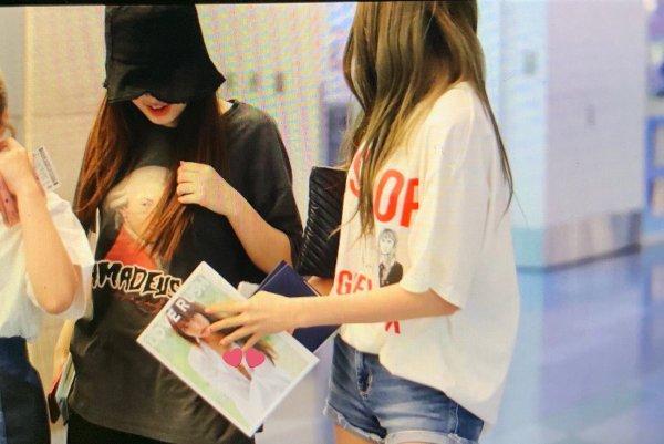 Mỹ nhân 15 tuổi đẹp nhất Hàn Quốc nhóm IZ*ONE gây xôn xao khi cầm tạp chí 18+ ra nơi công cộng-2