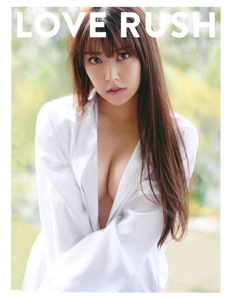 Mỹ nhân 15 tuổi đẹp nhất Hàn Quốc nhóm IZ*ONE gây xôn xao khi cầm tạp chí 18+ ra nơi công cộng-3