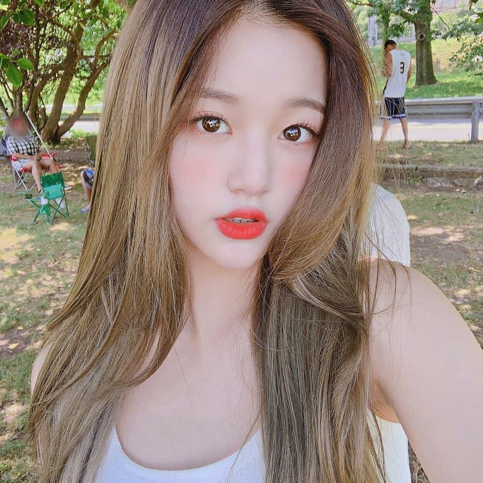 Mỹ nhân 15 tuổi đẹp nhất Hàn Quốc nhóm IZ*ONE gây xôn xao khi cầm tạp chí 18+ ra nơi công cộng-5