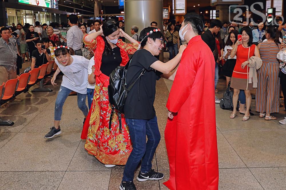 HOT: Đông Nhi - Ông Cao Thắng bị đánh úp, bất ngờ tổ chức hôn lễ ngay tại phi trường lúc nửa đêm-4
