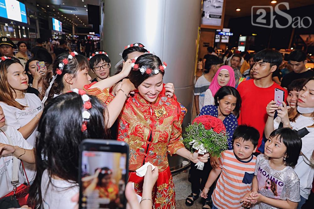 HOT: Đông Nhi - Ông Cao Thắng bị đánh úp, bất ngờ tổ chức hôn lễ ngay tại phi trường lúc nửa đêm-8