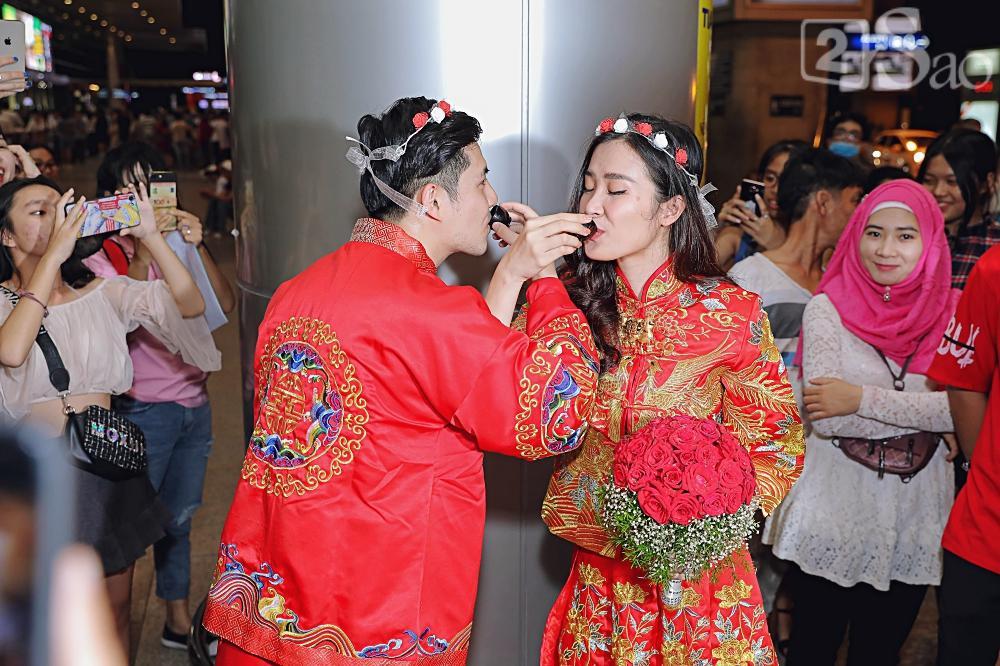 HOT: Đông Nhi - Ông Cao Thắng bị đánh úp, bất ngờ tổ chức hôn lễ ngay tại phi trường lúc nửa đêm-10