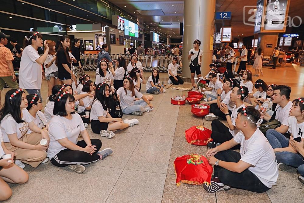 HOT: Đông Nhi - Ông Cao Thắng bị đánh úp, bất ngờ tổ chức hôn lễ ngay tại phi trường lúc nửa đêm-1