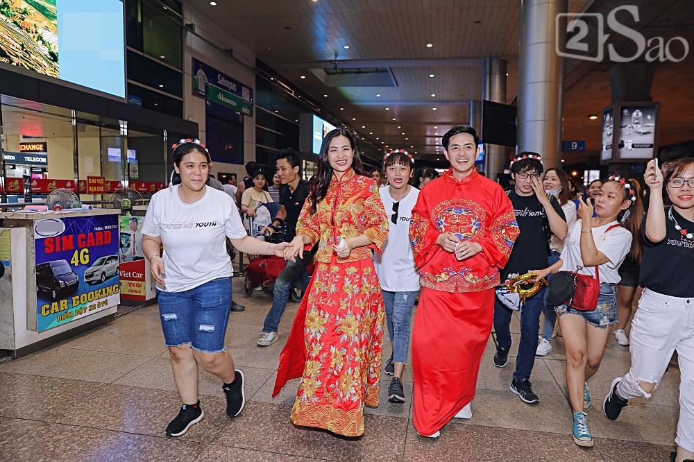 HOT: Đông Nhi - Ông Cao Thắng bị đánh úp, bất ngờ tổ chức hôn lễ ngay tại phi trường lúc nửa đêm-5