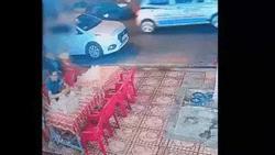 Clip: Nam thanh niên lao xe máy vào giữa quán nhậu của con nợ, đâm luôn cả bảo vệ ra can ngăn