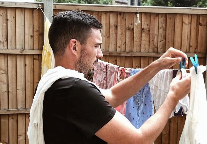 Chồng siêu mẫu Hà Anh giặt đồ, rửa bát, chuẩn chồng hiện đại giờ phải thế-1