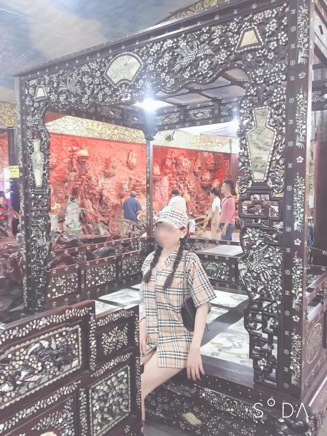 Mặc váy ngắn như sắp lộ cả vòng 3 rồi check-in phản cảm trong chùa ở Đà Lạt, gái xinh bị ném đá vì chơi trội không đúng chỗ-3