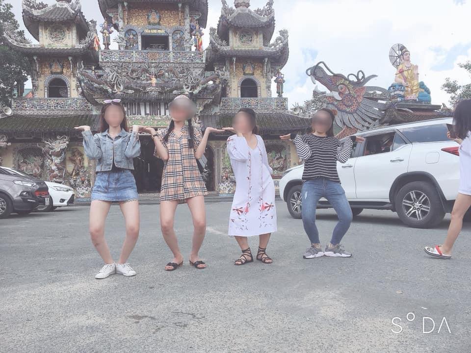 Mặc váy ngắn như sắp lộ cả vòng 3 rồi check-in phản cảm trong chùa ở Đà Lạt, gái xinh bị ném đá vì chơi trội không đúng chỗ-1