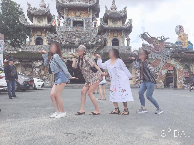 Mặc váy ngắn như sắp lộ cả vòng 3 rồi check-in phản cảm trong chùa ở Đà Lạt, gái xinh bị ném đá vì chơi trội không đúng chỗ-2
