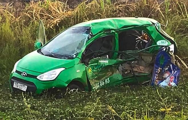 Cảnh tàu hỏa hất văng taxi Mai Linh khiến 2 người tử vong-2