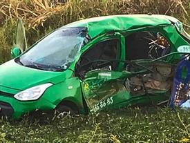 Cảnh tàu hỏa hất văng taxi Mai Linh khiến 2 người tử vong