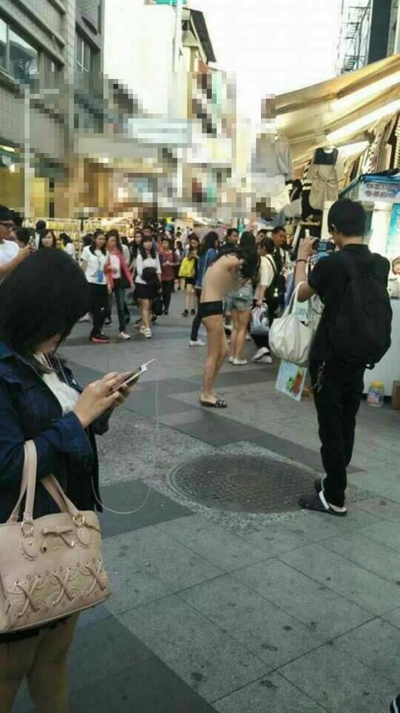 Cô gái gây sốc nhất MXH sáng nay: Cả người chỉ có mỗi quần lót vẫn thản nhiên đi dạo giữa trung tâm mua sắm-3