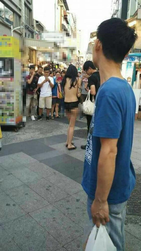 Cô gái gây sốc nhất MXH sáng nay: Cả người chỉ có mỗi quần lót vẫn thản nhiên đi dạo giữa trung tâm mua sắm-4