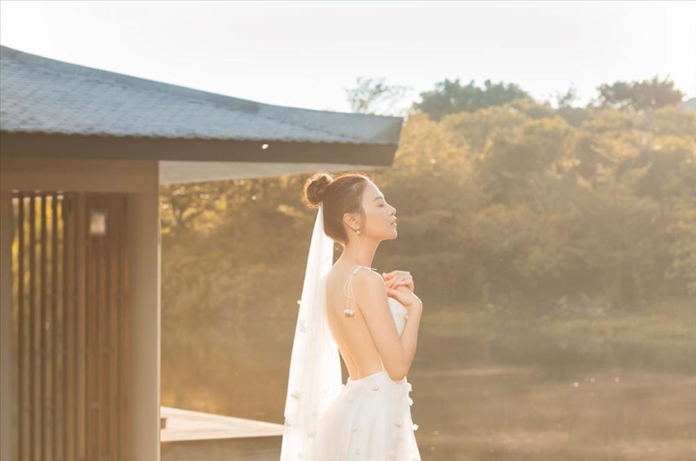 Ơn giời, chiếc váy gợi cảm nhất từ trước đến nay này mới là váy cưới chính thức của Đàm Thu Trang?-1