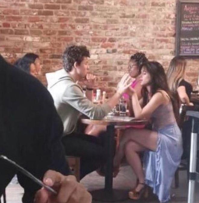 Shawn Mendes công khai hôn Camila say đắm dù khẳng định chỉ là bạn-2