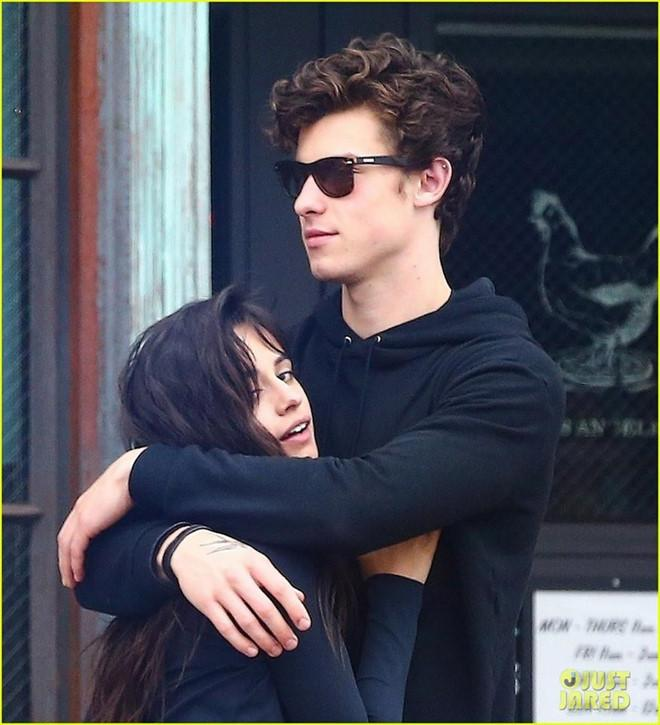 Shawn Mendes công khai hôn Camila say đắm dù khẳng định chỉ là bạn-8